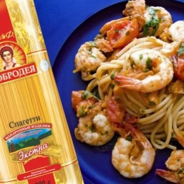 Spaghetti with shrimps and tomatoes